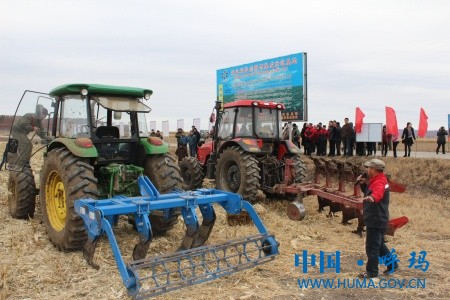 农机技术人员介绍机具.jpg