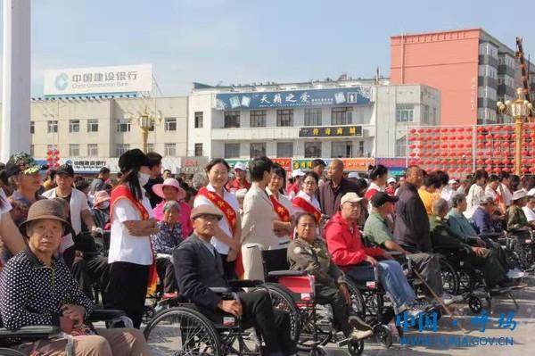 捐赠轮椅现场.jpg