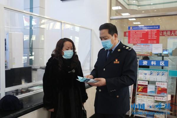 呼玛县税务局主要负责人向纳税人讲解电子专票的优点.JPG