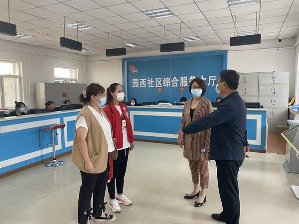 呼玛县县委常委、宣传部部长赵洁慰问园西社区疫苗推进工作一线人员