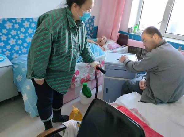 园西社区:情暖中秋走访慰问困难户