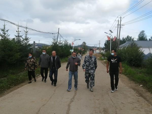 呼玛县委常委、组织部长王中尉对韩家园村红色美丽村庄建设情况进行实地调研