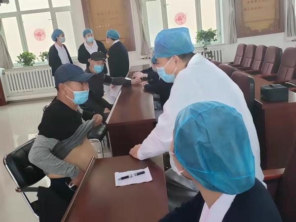 呼玛县人民医院入驻园西社区开展义诊活动